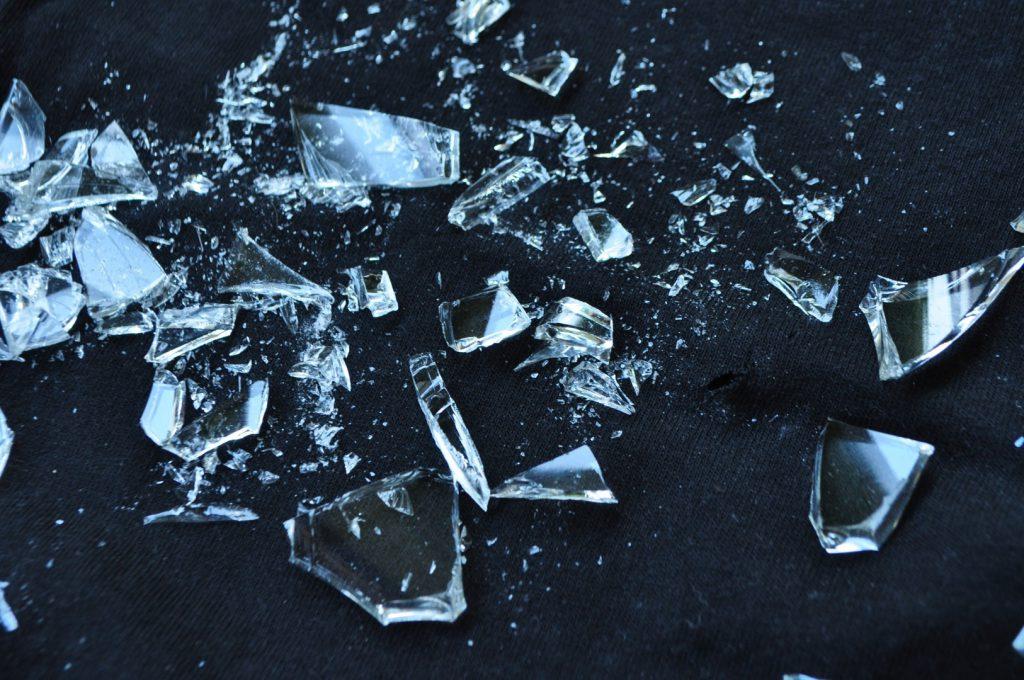 glas op dansvloer letselschade